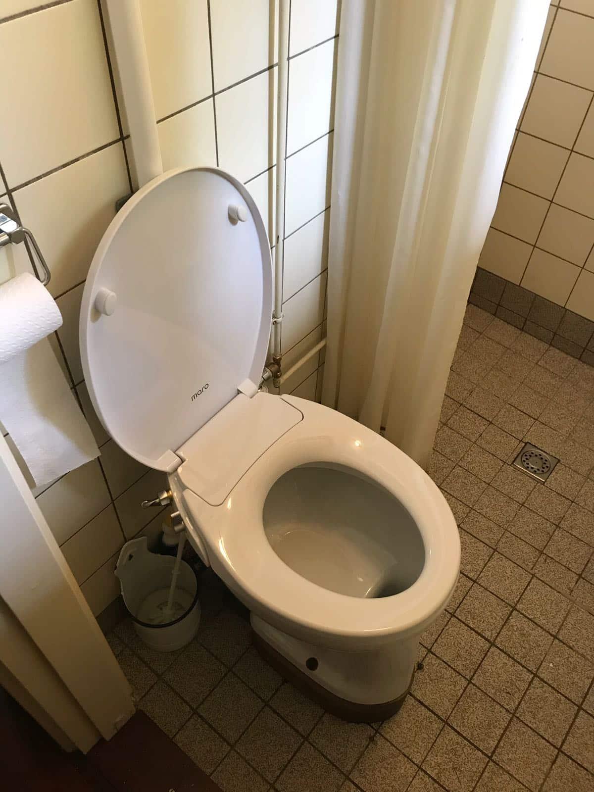 Installatie Maro FB108 douchewc op staande toilet