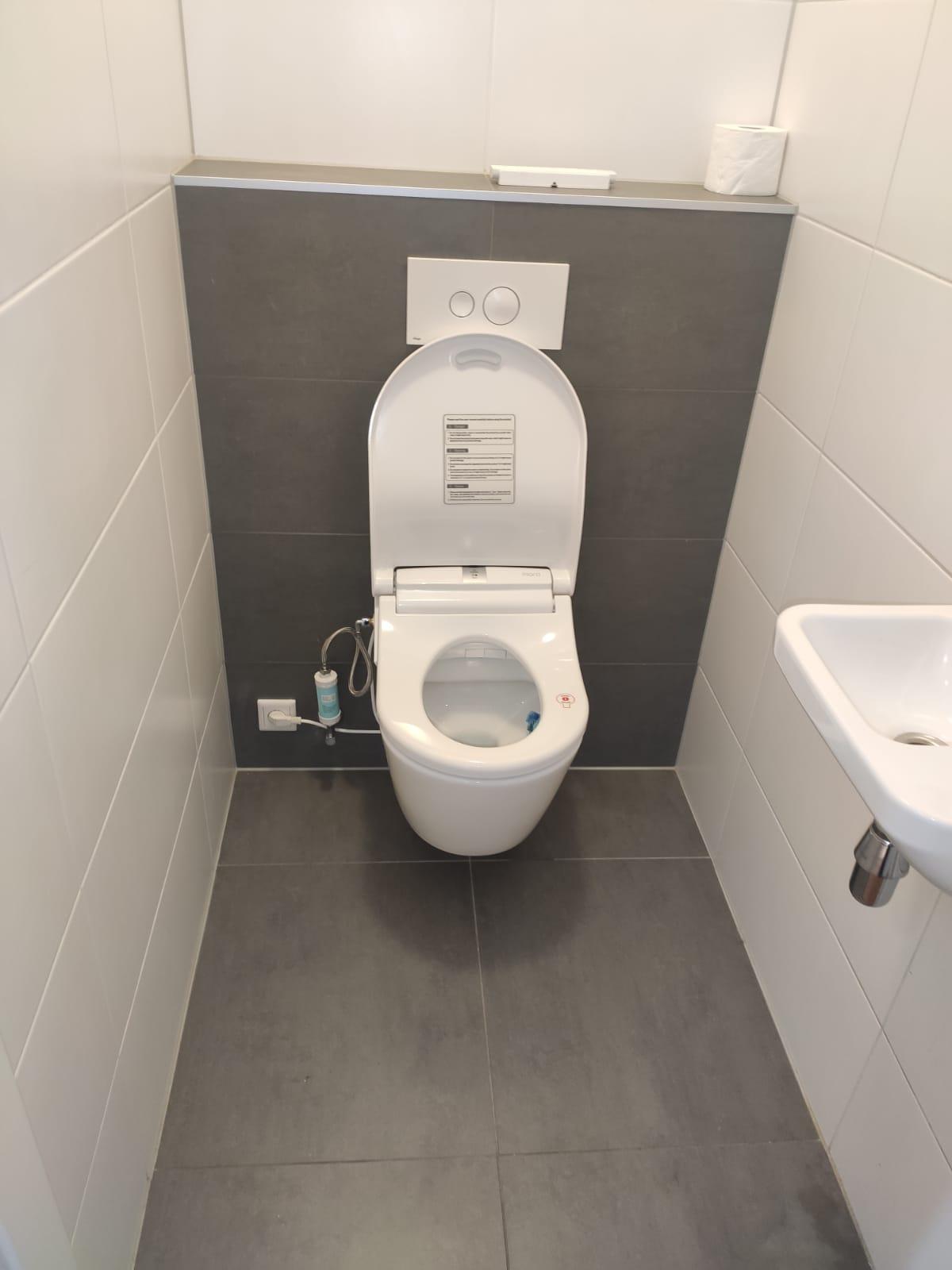 installatie douchewc op Sapho Turku toilet
